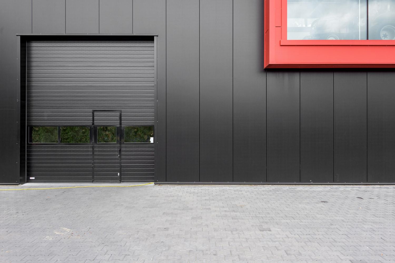 Bedrijfsdeuren: Sectionaaldeur met Loopdeur | Louwers Deurtechnieken