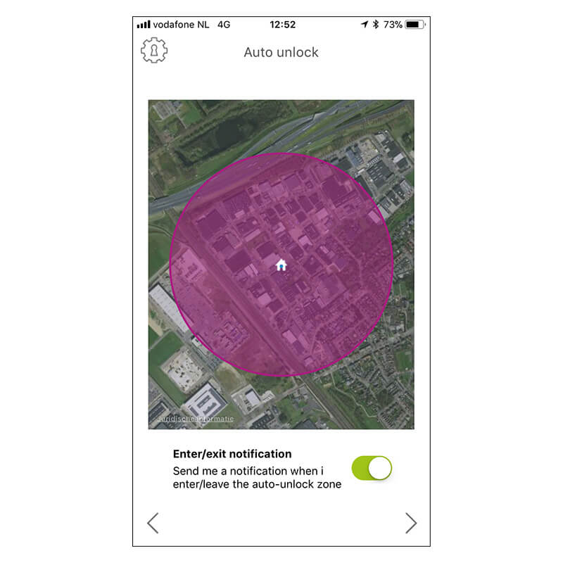 slimme bedrijfsdeur opener app op telefoon | Louwers Deurtechnieken