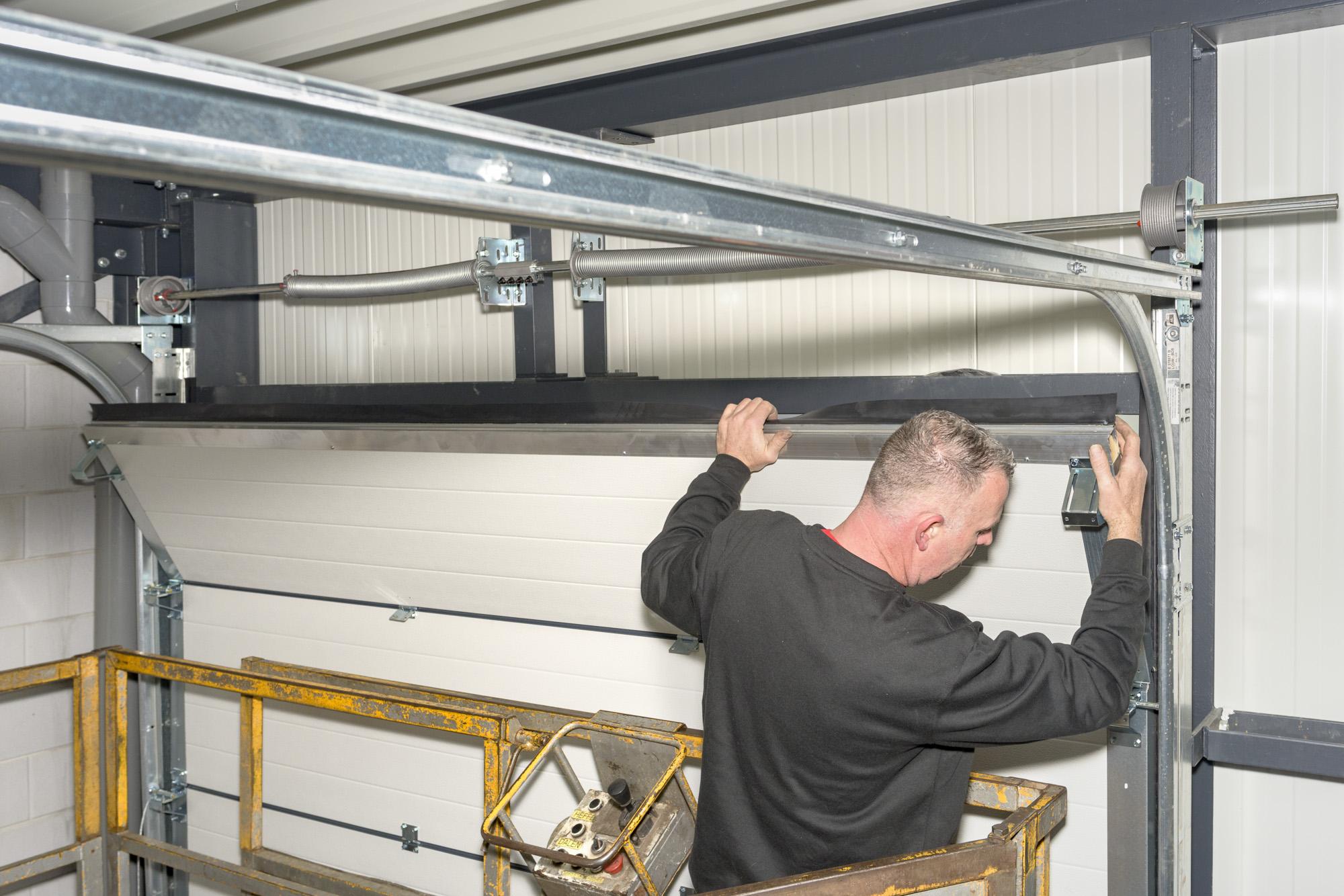 Montage, onderhoud en reparatie van bedrijfsdeuren en elektrische garagedeuren   Deurtechnieken Brabant BV