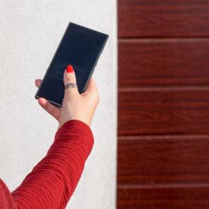 bedrijfsdeur op afstand openen met slimme app op de telefoon | Louwers Deurtechnieken