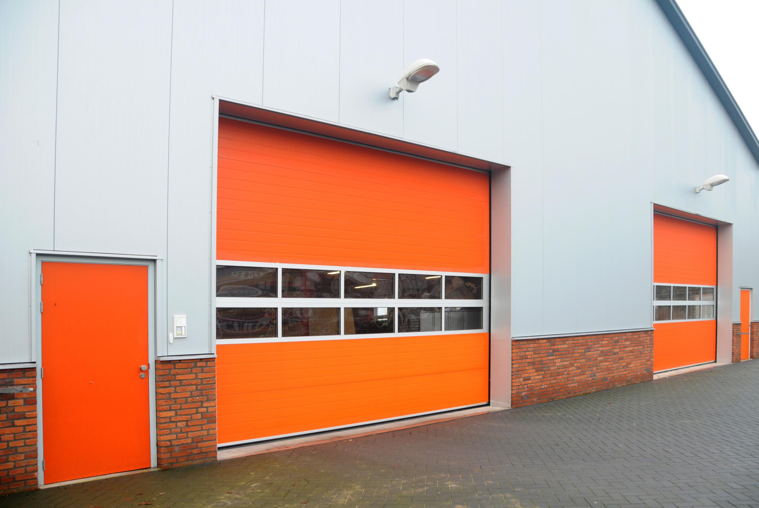 Sectionaaldeur met volglaspanelen uit onze STUCCO-LINE | Louwers Deurtechnieken