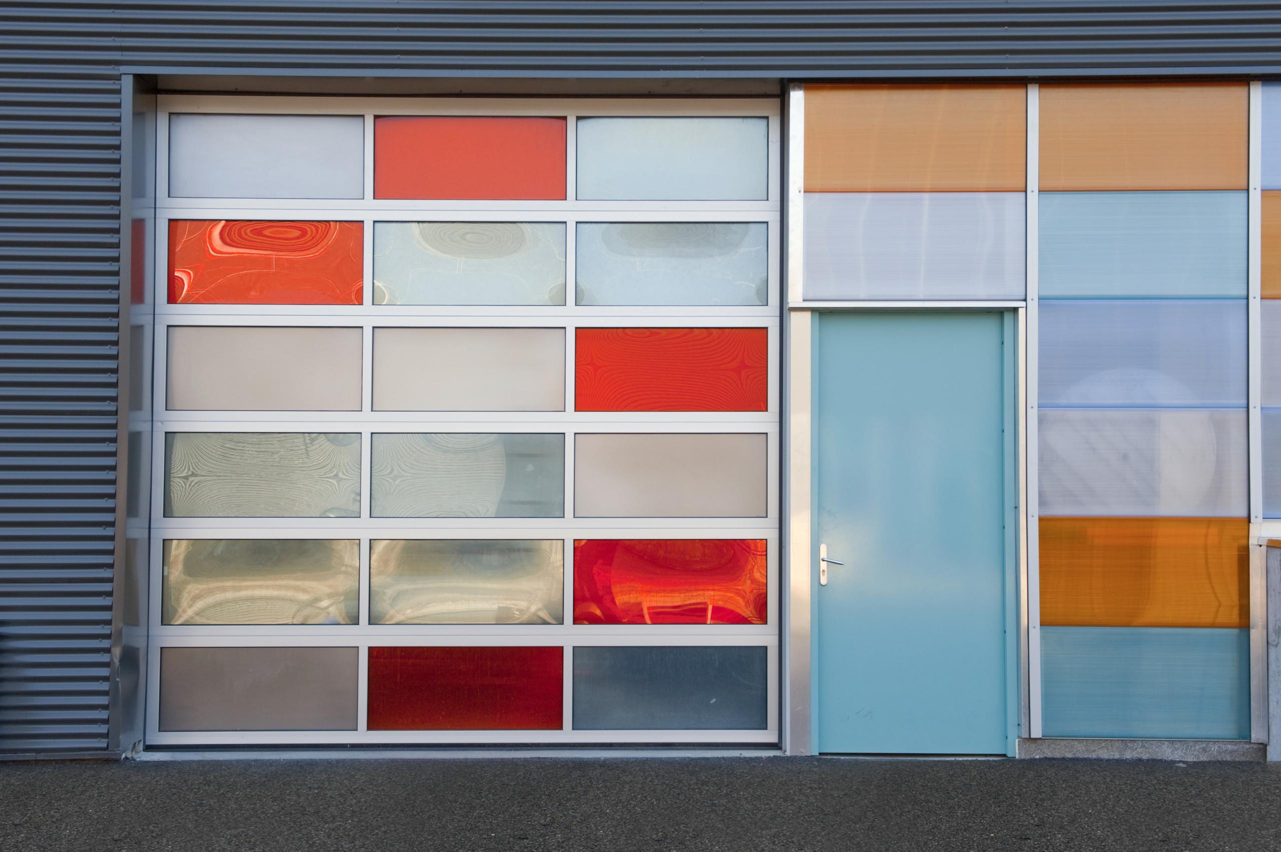 Overheaddeur met verschillende secties uit onze PRO-LINE aluminium | Louwers Deurtechnieken