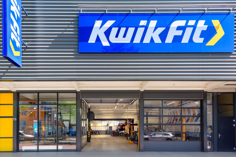 Aluminium frame bedrijfsdeuren met volglas panelen geplaatst bijbij Kwik Fit Eindhoven | Deurtechnieken.nl